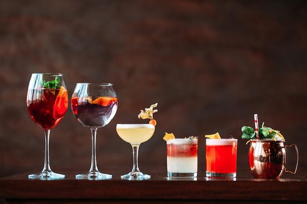 Wiele Różnych Słodkich Koktajli Alkoholowych Premium Zdjęcia
