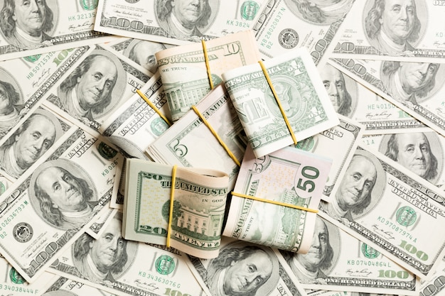 Wiele stos banknotów dolarowych Premium Zdjęcia