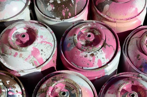 Wiele Używanych Różowych Metalowych Zbiorników Z Farbą Do Rysowania Graffiti Premium Zdjęcia