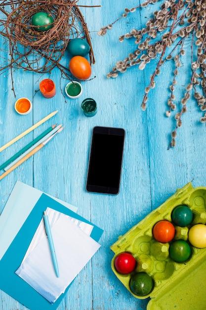 Wielkanoc W Biurze Pracy Na Niebieskim Drewnianym Stole Darmowe Zdjęcia