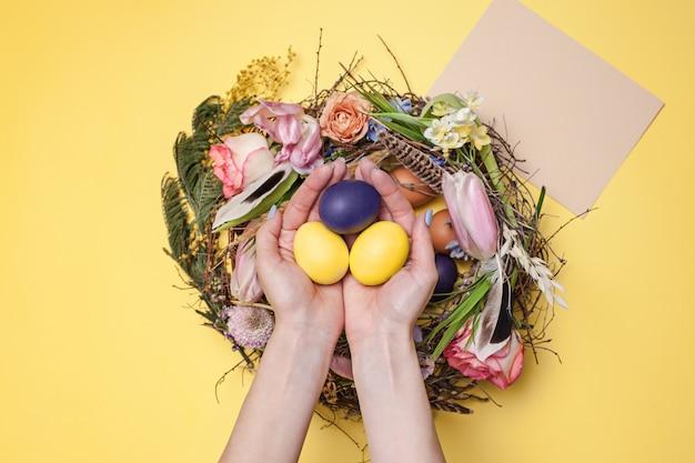 Wielkanocna Kartka Z Pozdrowieniami. Malowane Pisanki W Gnieździe Darmowe Zdjęcia