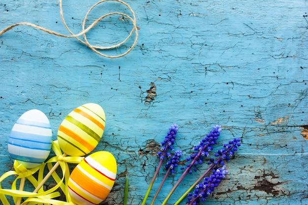 Wielkanocna Kompozycja Z Kolorowymi Pisankami, Króliczek. Kartka Wielkanocna Z Miejsca Kopiowania. Premium Zdjęcia