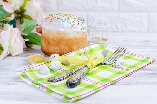 Wielkanocne ciasto i nakrycie na wielkanoc Premium Zdjęcia