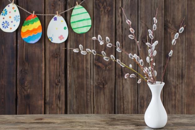 Wielkanocne Jajka Papierowe Malowane Z Gałęzi Wierzby Premium Zdjęcia