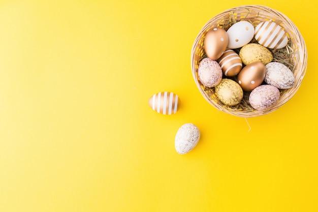Wielkanocne Mieszkanie Lay Jaj W Gnieździe Premium Zdjęcia