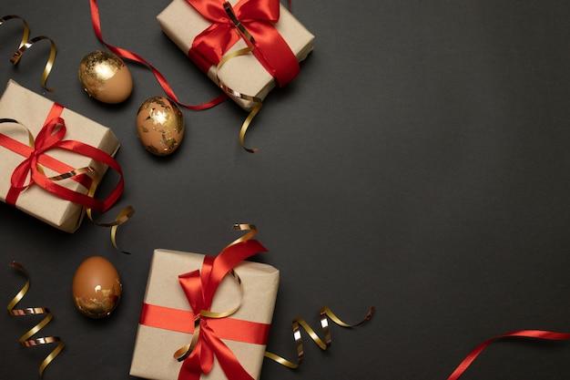 Wielkanocne wakacje wakacje ręcznie robione pudełka papierowe złote iskierki i złote jajka Premium Zdjęcia