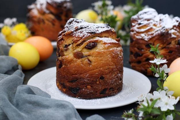 Wielkanocnego Torta Craffin I Kolorowi Jajka Na Ciemnym Tle Premium Zdjęcia