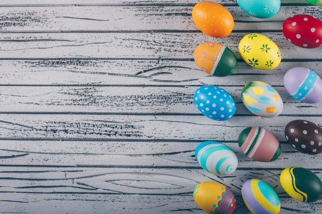 Wielkanocni Jajka Na Lekkim Drewnianym Tle. Darmowe Zdjęcia