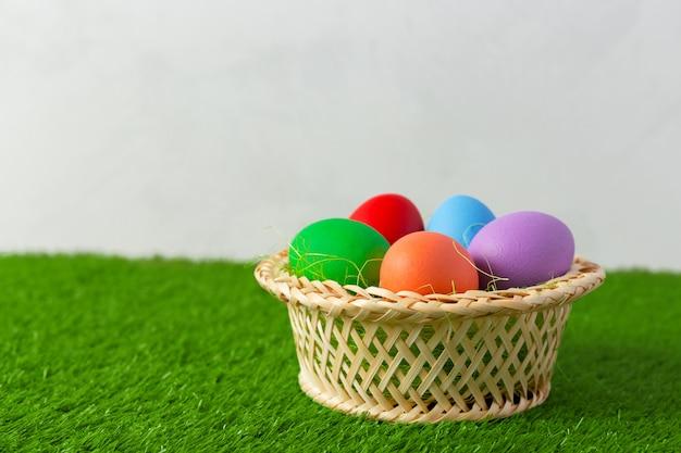 Wielkanocni Jajka Na Trawie Premium Zdjęcia
