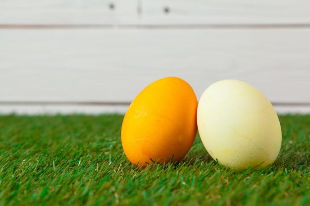Wielkanocni jajka na zielonej trawie Premium Zdjęcia