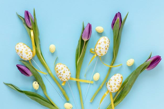 Wielkanocni Jajka Obok Tulipanów Na Stole Darmowe Zdjęcia