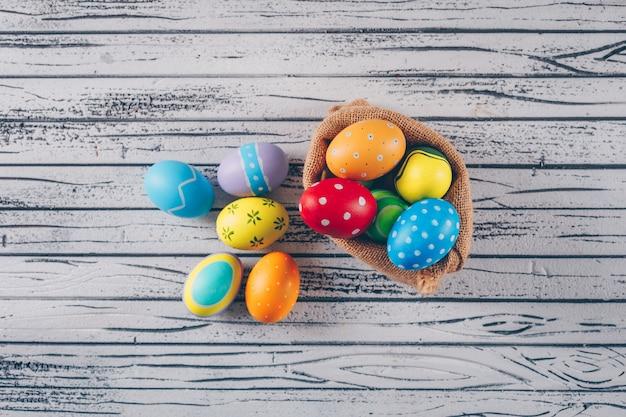 Wielkanocni Jajka W Worku Na Lekkim Drewnianym Tle. Darmowe Zdjęcia