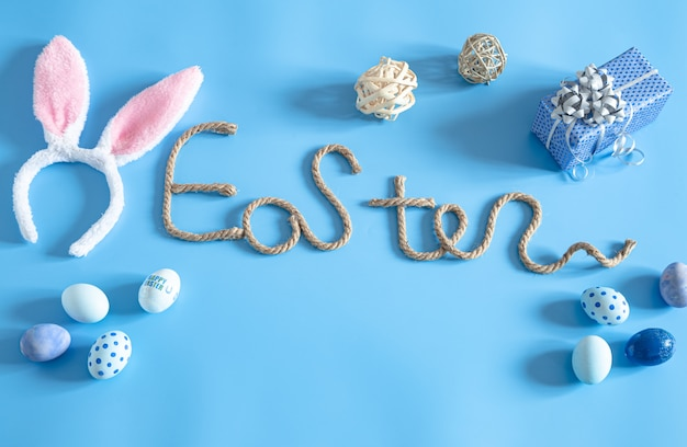 Wielkanocny Kreatywny Napis Na Niebieskim Tle. Darmowe Zdjęcia