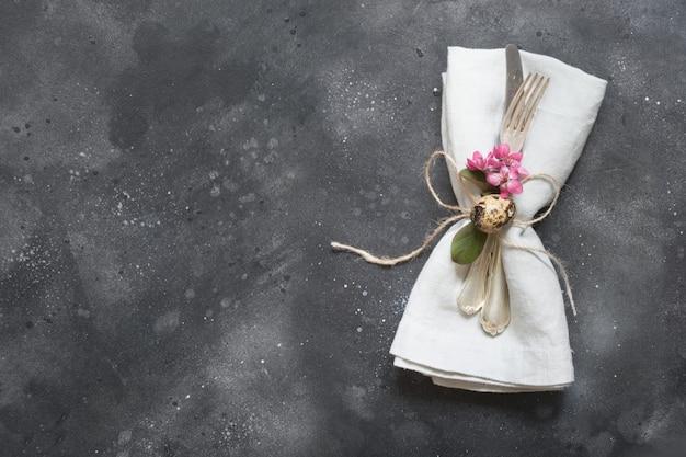 Wielkanocny Obiad Elegancja Stołu Rozstawiającego Różowe Kwiaty Na Ciemności. Premium Zdjęcia