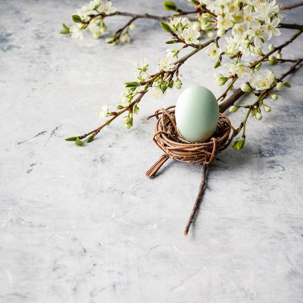 Wielkanocny Skład Na Popielatym Betonowym Backgrount Premium Zdjęcia
