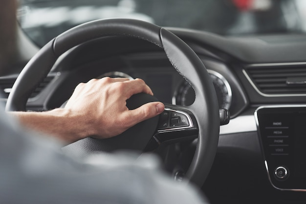 Wielkie Dłonie Człowieka Na Kierownicy Podczas Prowadzenia Samochodu. Darmowe Zdjęcia