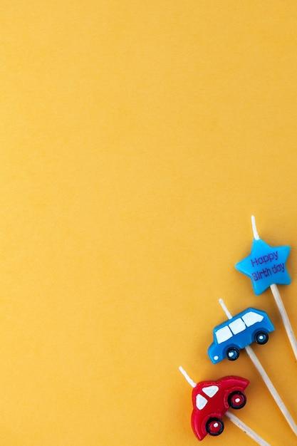Wielobarwne Samochody świec Na żółtej Powierzchni Z Miejscem Na Tekst Premium Zdjęcia