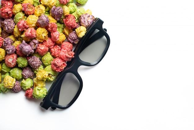 Wielobarwny Popcorn O Smaku Owocowym Z Kinowymi Okularami 3d Na Różowym Tle. Popcorn Powlekany Cukierkami. Widok Z Góry. Premium Zdjęcia