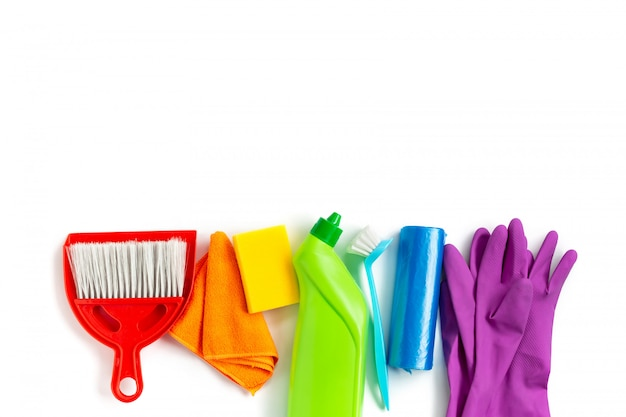 Wielobarwny zestaw do jasnego wiosennego sprzątania w domu. koncepcja wiosny. widok z góry. skopiuj miejsce Premium Zdjęcia