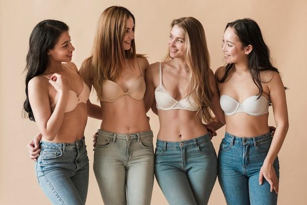 Wieloetniczna grupa młode rozochocone dziewczyny jest ubranym staniki i obejmuje Darmowe Zdjęcia