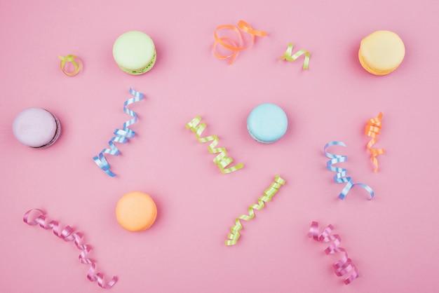 Wielokolorowe makaroniki z konfetti na różowym tle Darmowe Zdjęcia