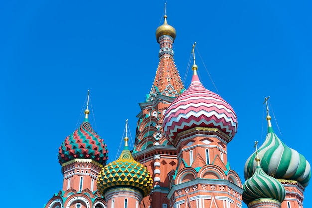 Wielokolorowe wieże katedry świętego bazylego na tle błękitnego nieba Premium Zdjęcia
