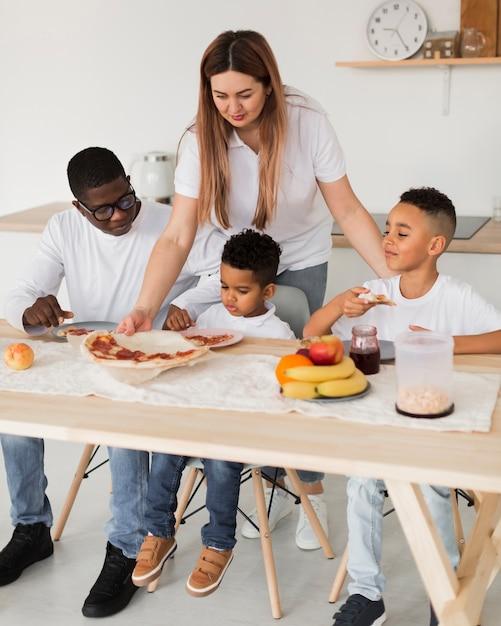 Wielokulturowa Rodzina Je Pizzę Premium Zdjęcia