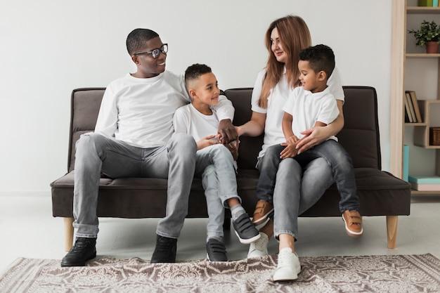 Wielokulturowa Rodzina Spędza Razem Czas Na Kanapie Darmowe Zdjęcia