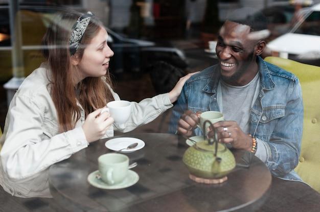 Wielokulturowi Przyjaciele śmieją Się Razem W Domu Darmowe Zdjęcia