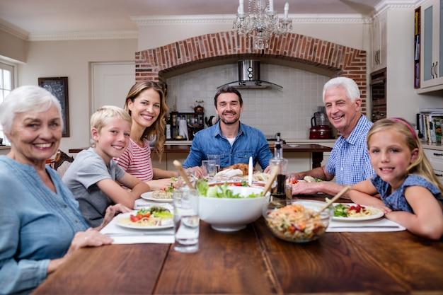 Wielopokoleniowa rodzina ma posiłek w kuchni Premium Zdjęcia