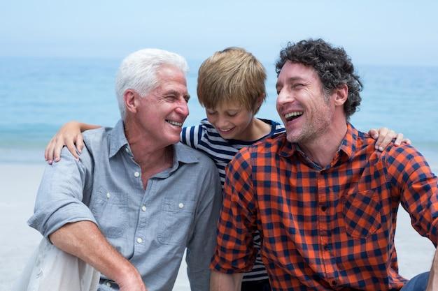 Wielopokoleniowa rodzina relaksująca się na plaży Premium Zdjęcia