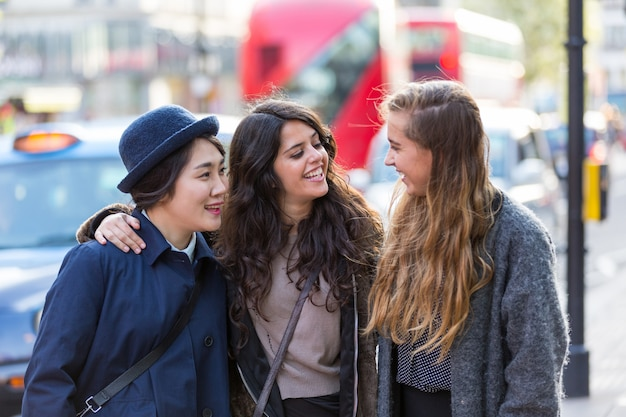 Wielorasowa Grupa Dziewcząt Spacerujących Po Londynie Premium Zdjęcia