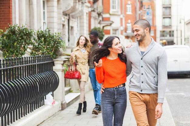 Wielorasowa grupa przyjaciół spacerujących po londynie Premium Zdjęcia