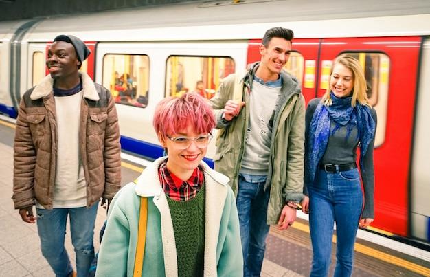 Wielorasowe grupa przyjaciół hipster zabawy na stacji metra metra Premium Zdjęcia