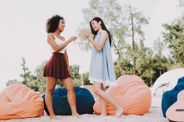 Wielorasowe Kobiety Pijące Koktajle Beach Party Premium Zdjęcia