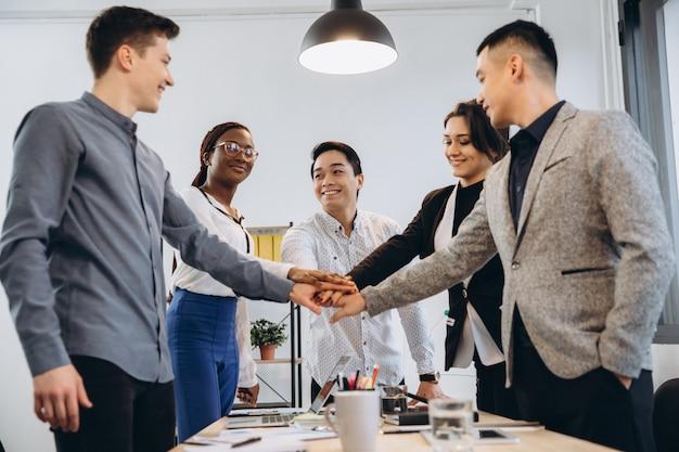 Wielorasowy Euforyczny Zespół Ludzi Biznesu Daje Piątkę Przy Stole Biurowym, Szczęśliwa Podekscytowana Różnorodna Grupa Robocza Zaangażowana W Budowanie Zespołu świętuje Sukces Korporacyjny Wygrać Partnerstwo Władza Koncepcja Pracy Zespołowej Premium Zdjęcia