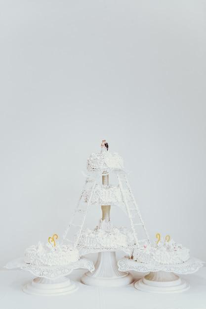 Wielowarstwowy biały tort weselny. Premium Zdjęcia