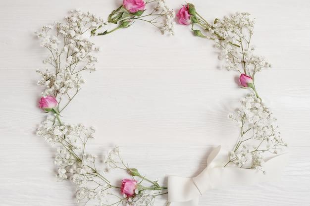 Wieniec Kwiatów Wiosna Wiszące Na Tle Białej ściany Drewniane Premium Zdjęcia
