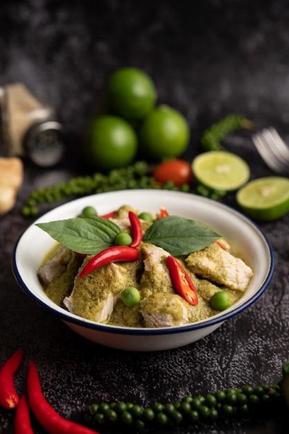 Wieprzowe Zielone Curry W Białej Misce Z Przyprawami Na Czarnym Tle Cementu Darmowe Zdjęcia