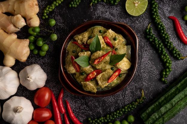 Wieprzowe Zielone Curry W Brązowej Misce Z Przyprawami Na Czarnym Tle Cementu Darmowe Zdjęcia