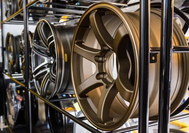 Wiersz Nowego Felgi Aluminiowe Samochodu Zdjęcie Premium