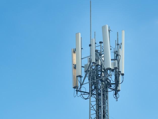 Wieża 5g Komunikacji Komórkowej Lub Wieża Telekomunikacyjna Na Błękitnym Niebie. Premium Zdjęcia