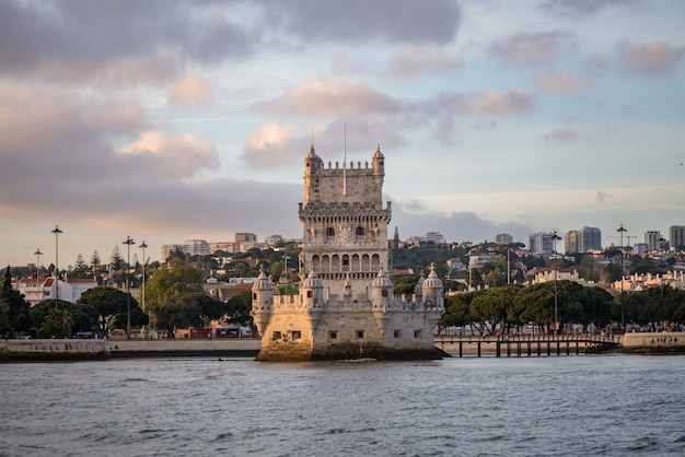 Wieża Belem Otoczona Morzem I Budynkami Pod Zachmurzonym Niebem W Portugalii Darmowe Zdjęcia