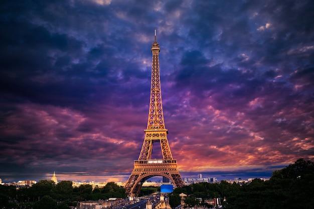 Wieża eiffla o zachodzie słońca paryż francja Premium Zdjęcia