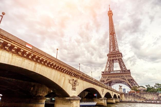 Wieża Eiffla W Paryżu W Europie Premium Zdjęcia