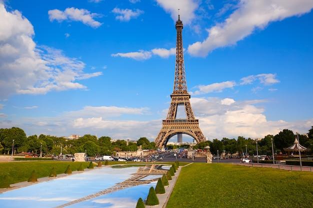 Wieża eifla w paryż pod niebieskim niebem francja Premium Zdjęcia