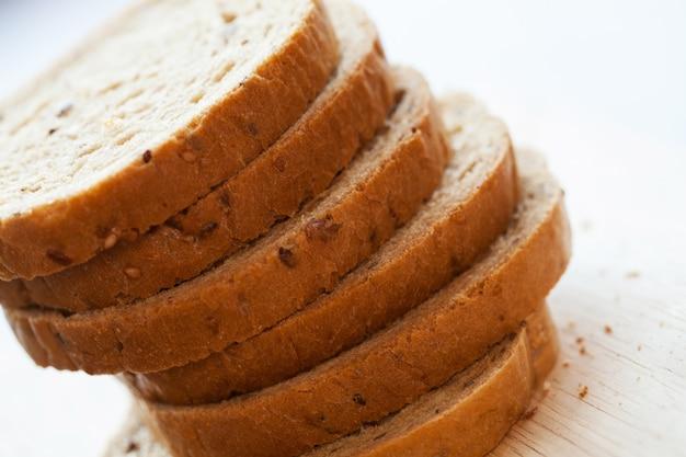 Wieża kawałków chleba na stole Darmowe Zdjęcia