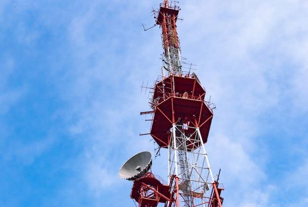 Wieża Radiowa 4g Tv Z Anteną Paraboliczną I Anteną Satelitarną. Premium Zdjęcia