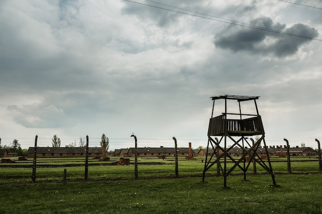 Wieża Strażnicza I Ogrodzenie Z Drutu Kolczastego, Niemiecki Obóz Koncentracyjny Premium Zdjęcia
