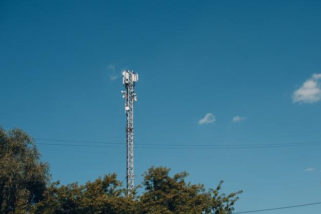 Wieża Telekomunikacyjna Komórkowa 4g I 5g. Stacja Bazowa Cell. Nadajnik Antenowy Komunikacji Bezprzewodowej. Telekomunikacyjna Technologia Mobilna Premium Zdjęcia